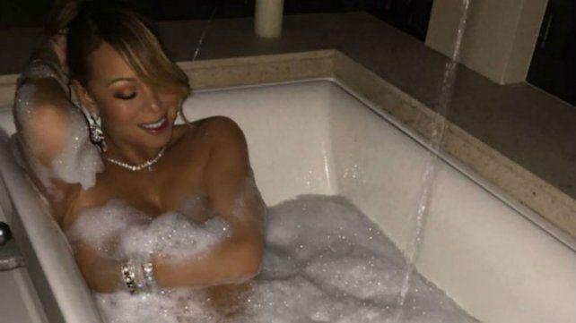 Mientras prepara su nuevo material musical, Mariah Carey posa desnuda en la bañera