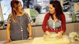 Julieta Farías charla al aire con la encargada de las recetas de cocina instantes antes de su gracioso furcio.
