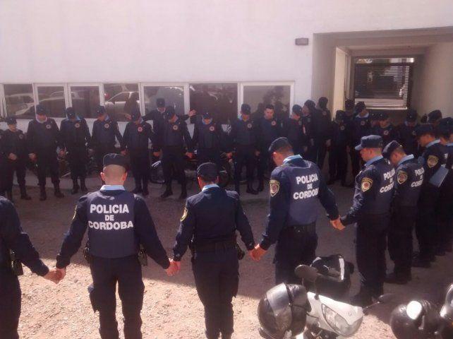La foto de policías rezando antes de salir a patrullar, viral en las redes sociales