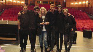 Patti Smitt rodeada por los músicos alemanes y Jesse (2da. a la derecha)