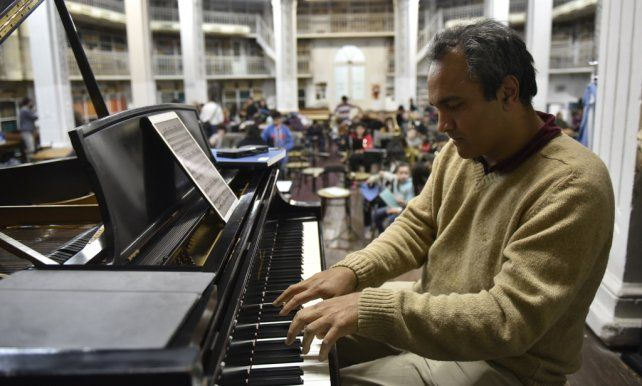 Un virtuoso. Panizza toca el piano mientras los chicos ensayan. Fue el miércoles pasado