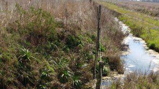 Ilegal. El canal fue hecho sobre un camino público y desagua en otra vía.