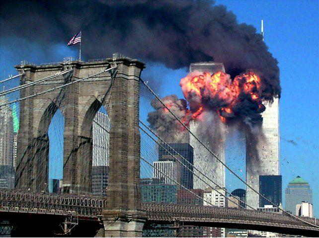 Impacto. El humo y las llamas se apoderaron de las Torres Gemelas tras ser embestidas por dos aviones de línea.