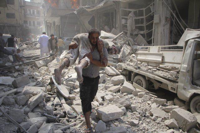 Blancos inocentes. Un sirio herido por las bombas es auxiliado en Idlib.