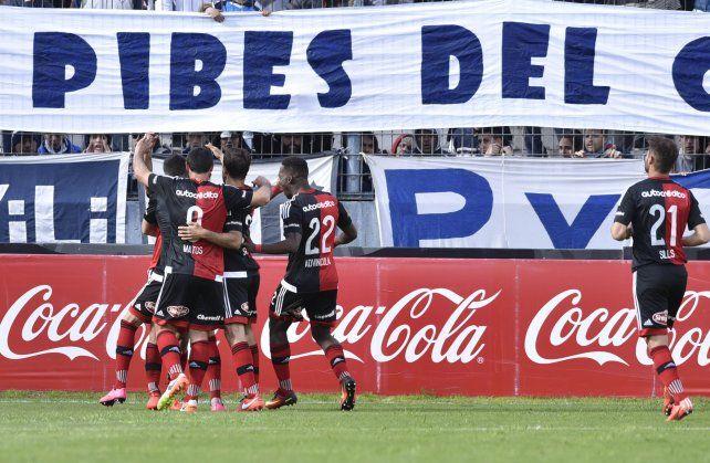 Festejo. Los jugadores de Newells buscan a Scocco en el triunfo ante Quilmes. Igual