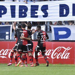 Festejo. Los jugadores de Newells buscan a Scocco en el triunfo ante Quilmes. Igual, el equipo no jugó bien.
