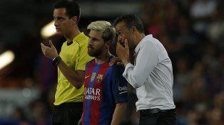60. Luis Enrique habla con Messi antes de hacerlo ingresar. El cambio no dio resultado.