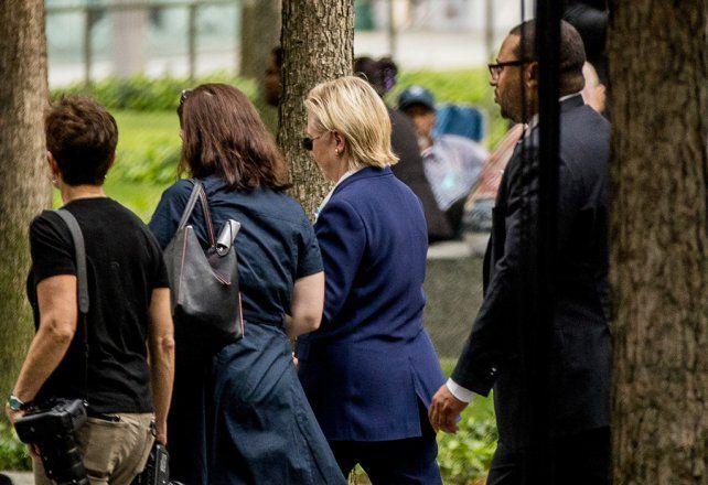 salida. Clinton se va del lugar del acto. Segundos después se desplomaría en los brazos de sus asistentes.