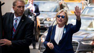 Clinton al salir de la casa de su hija