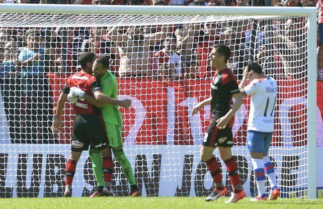 Abrazo. Domínguez celebra con Pocrnjic el penal atajado. Prediger también festeja y Morales se lamenta.