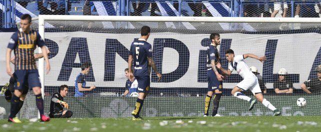 Primer mazazo. Romero sale a festejar con el autor del gol. Lo sufren Sosa