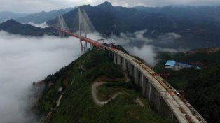 China le da los últimos toques a la construcción del puente más alto del mundo