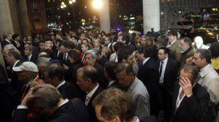 En masa. Los potenciales inversores entran al Teatro Colón. Ayer fue la gala previa al foro de negocios.