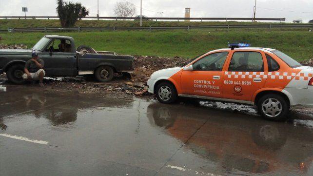 Tras un control en Circunvalación y Derqui se detuvo al conductor de una camioneta que arrojaba residuos a la vía pública.