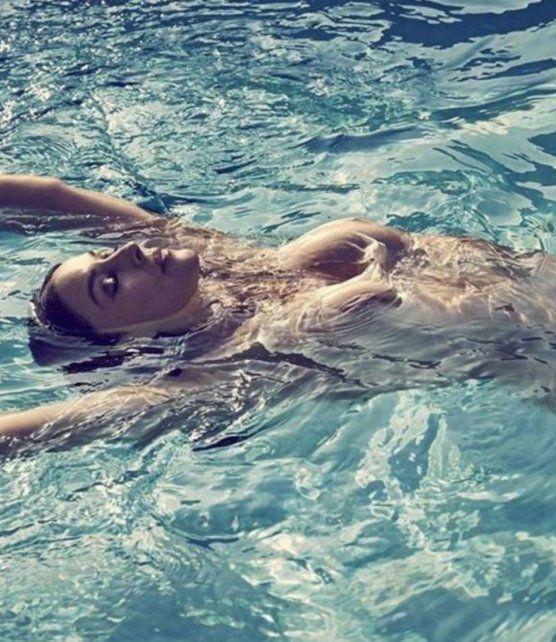 Sigue siendo una bomba: la italiana Mónica Bellucci se desnudó a los 51 años
