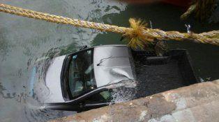 La camioneta fue arrastrada por las fuertes ráfagas de viento que soplaron esta mañana en Mar del Plata.