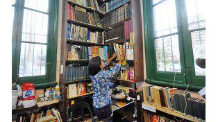 El grupo de mujeres que se puso al hombro la tarea de recuperar y mantener la biblioteca para la ciudad.