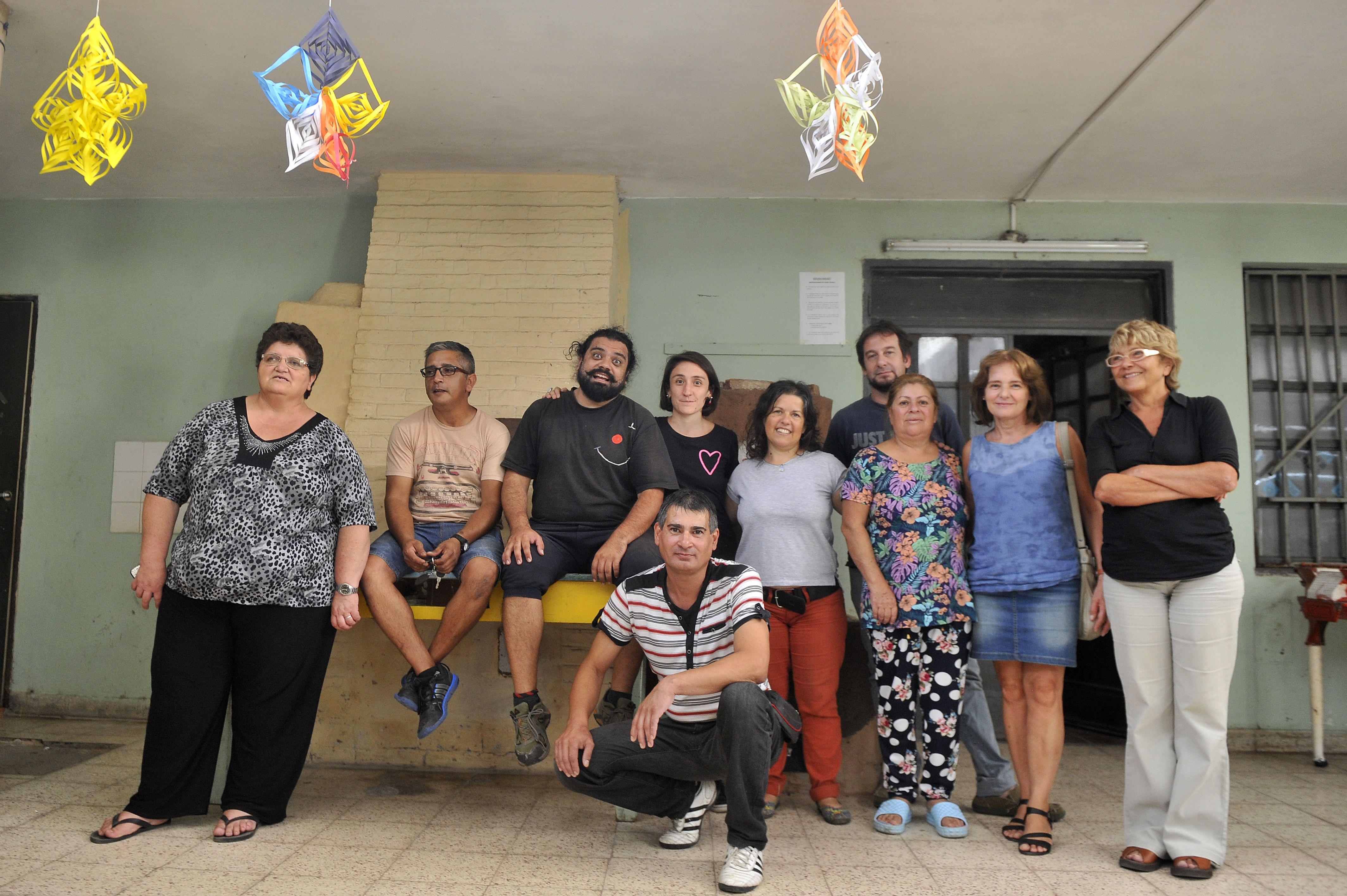 Talleristas. Coordinadores de las actividades y psicólogas de la institución en la puerta del área de cultura de la colonia. (Virginia Benedetto / La Capital)
