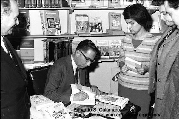 Eduardo Calamaro en una exposición y venta de libros en 1965.