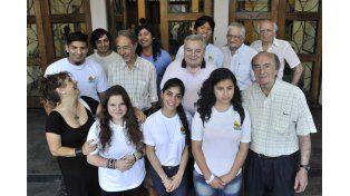 """generaciones. Graduados de 1955 junto a alumnos del grupo """"Que Viva la Memoria"""" y del centro de estudiantes. (Virginia Benedetto / La Capital)"""