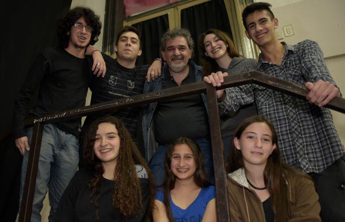 Cómplices. Alejandro Pérez Leiva y los chicos que trabajan junto con él en la adaptación y puesta en escena de clásicos de la escena universal. (Alfredo Celoria / La Capital)