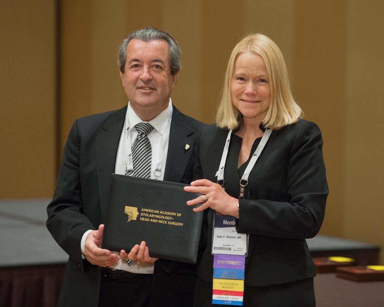 Ruiz y la presidenta de la Academia Americana de Otorrinolaringología.