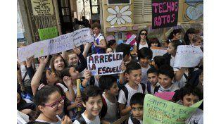 Los chicos confeccionaron carteles para acompañar el pedido de que arreglen salones y patio escolar. (Virginia Benedetto / La Capital)