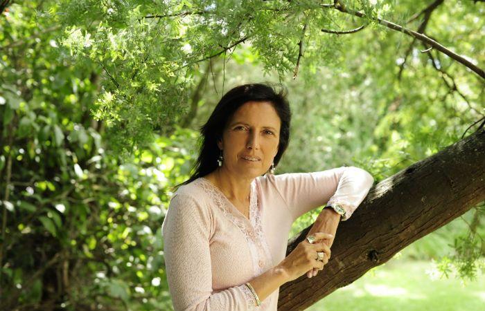 Firmando ejemplares. La popularidad de Piñeiro se cimenta en la identificación que muchas mujeres sienten con su mirada.