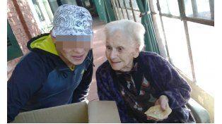 Puertas afuera. Alumnos del Irar visitaron un hogar de ancianos. Llevaron escarapelas y tortas fritas para los abuelos.