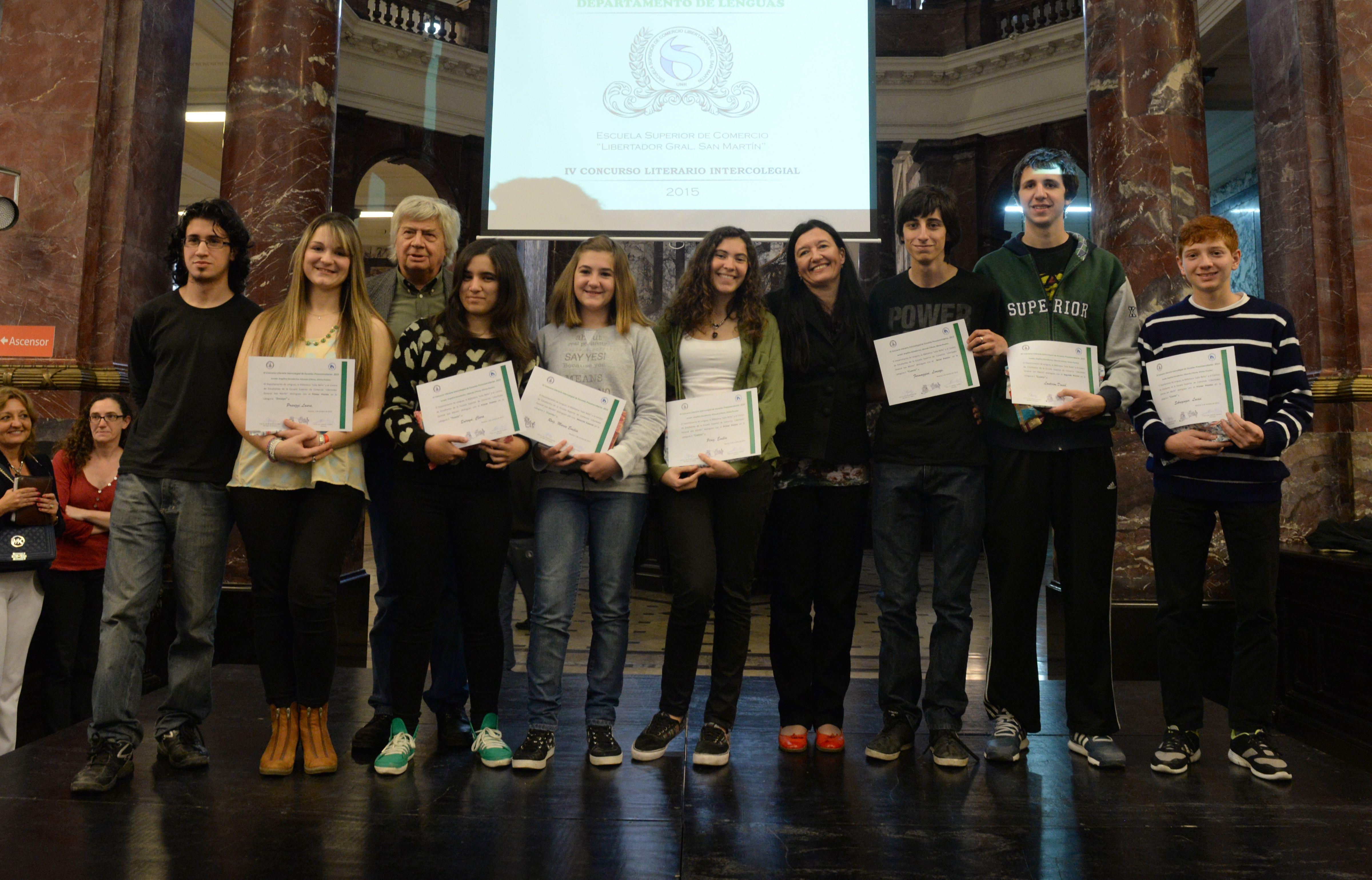 Los estudiantes premiados en el concurso literario acompañados por Eduardo D'Anna y Silvina Pessino