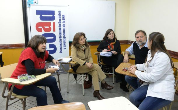Dirigentes de la Coad distribuyen el convenio colectivo de trabajo a docentes de la Facultad de Ciencias Bioquímicas.