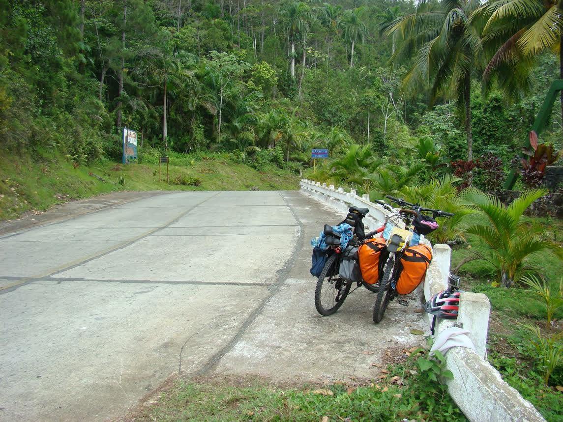 Postal. Las bicicletas y el paisaje cubano por el que Patricio y Cristian pedalearon durante 20 largos días.