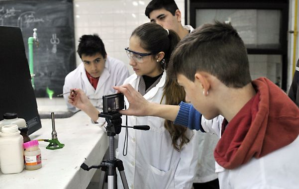 Los chicos de 2º año de la Ténica Nº 7 y el profesor Gonzalo Casadidio en el taller que invita a fotografiar reacciones y procesos químicos visualmente bellos.