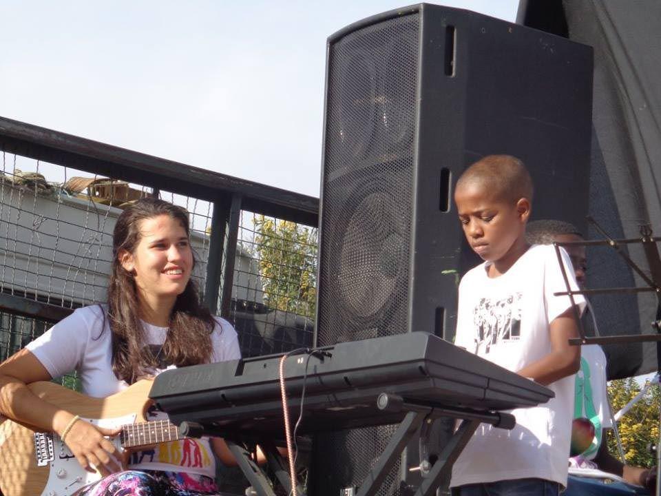 Marijé enseñó a tocar distintos instrumentos en Africa.