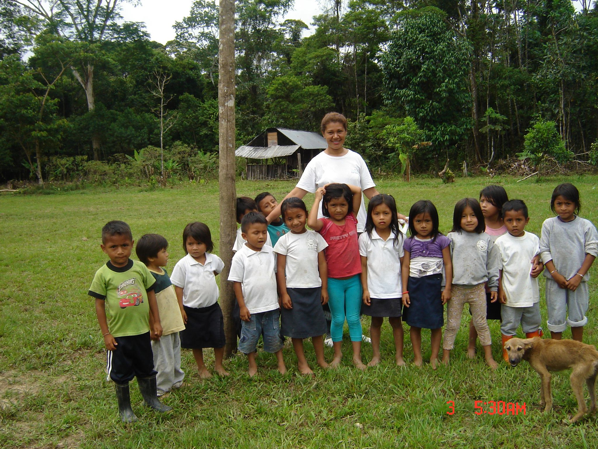 Ester dedicó gran parte de su tiempo a jugar con los niños de la selva. No todos hablan español