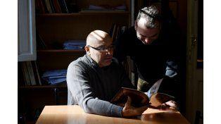 El historiador José Hugo Goicochea (sentado) y el dibujante Carlos Barocelli