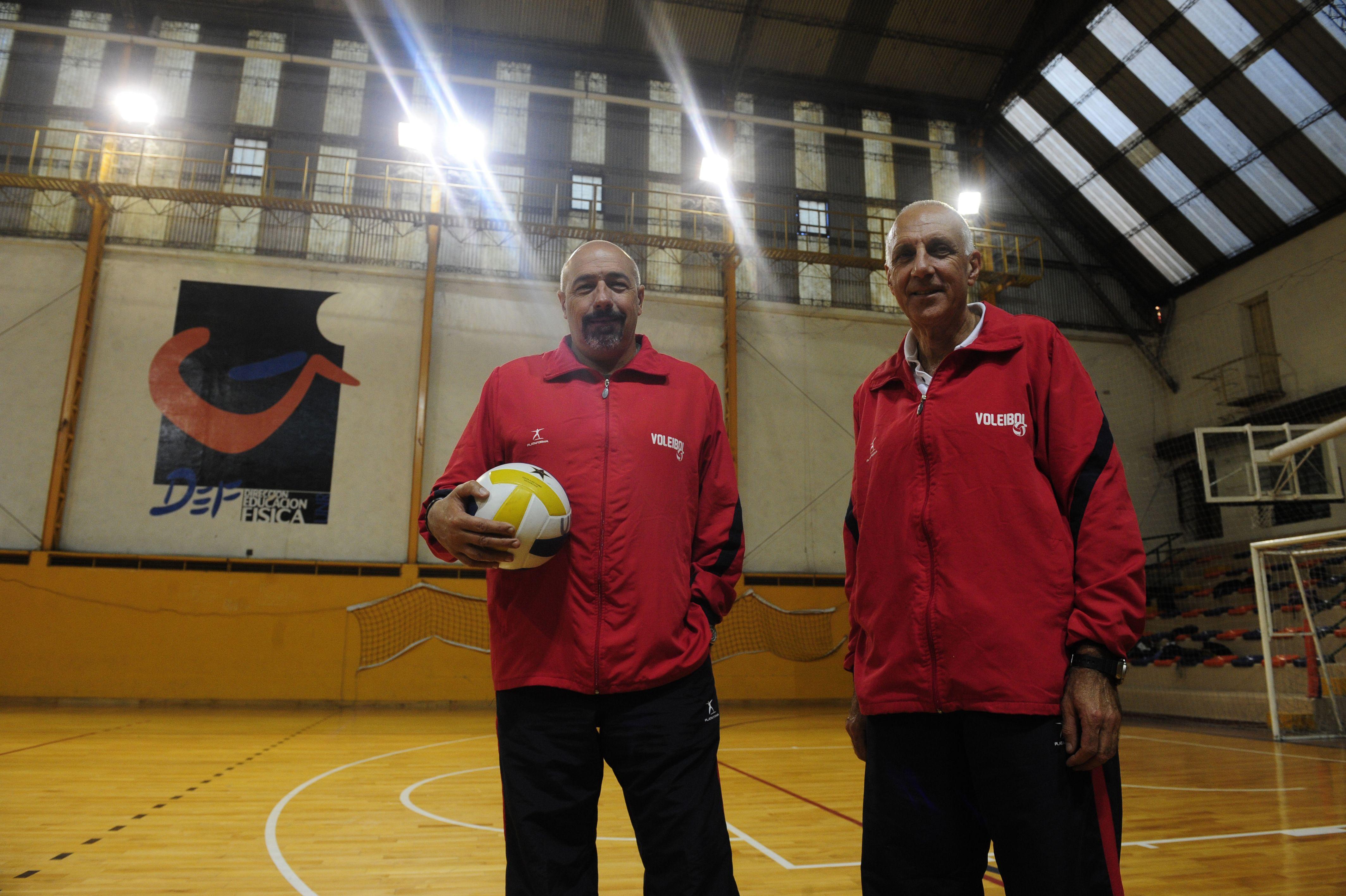 """Los profesores Omar Grasso y Alfredo Santori son los autores del libro """"Voleibol y su práctica pedagógica"""""""