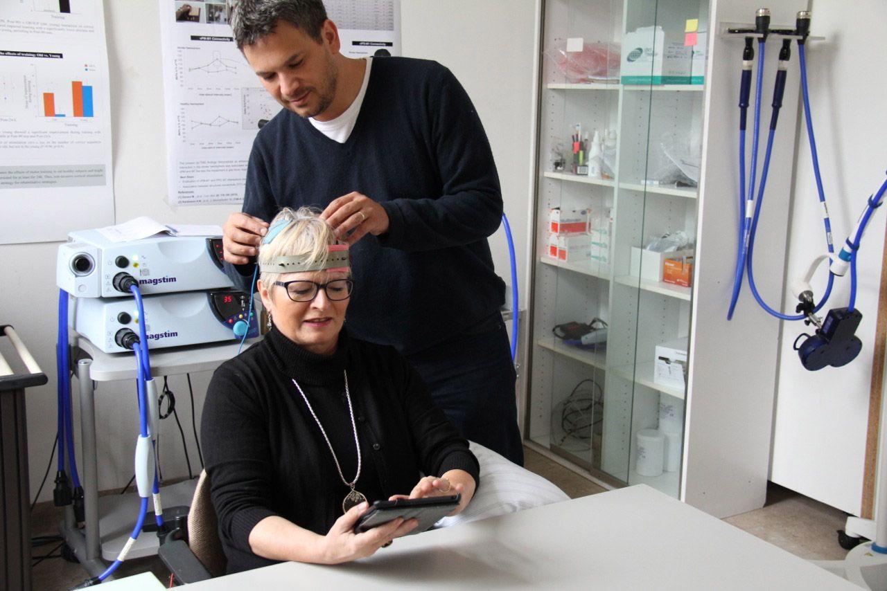 En acción. Zimerman aplica la técnica a una paciente.