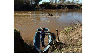 Deseos. Alexis junto a la canoa con la que traslada a su familia