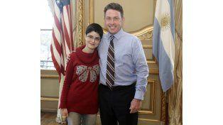Sofía Camussi de la Técnica 5 y el embajador de EEUU