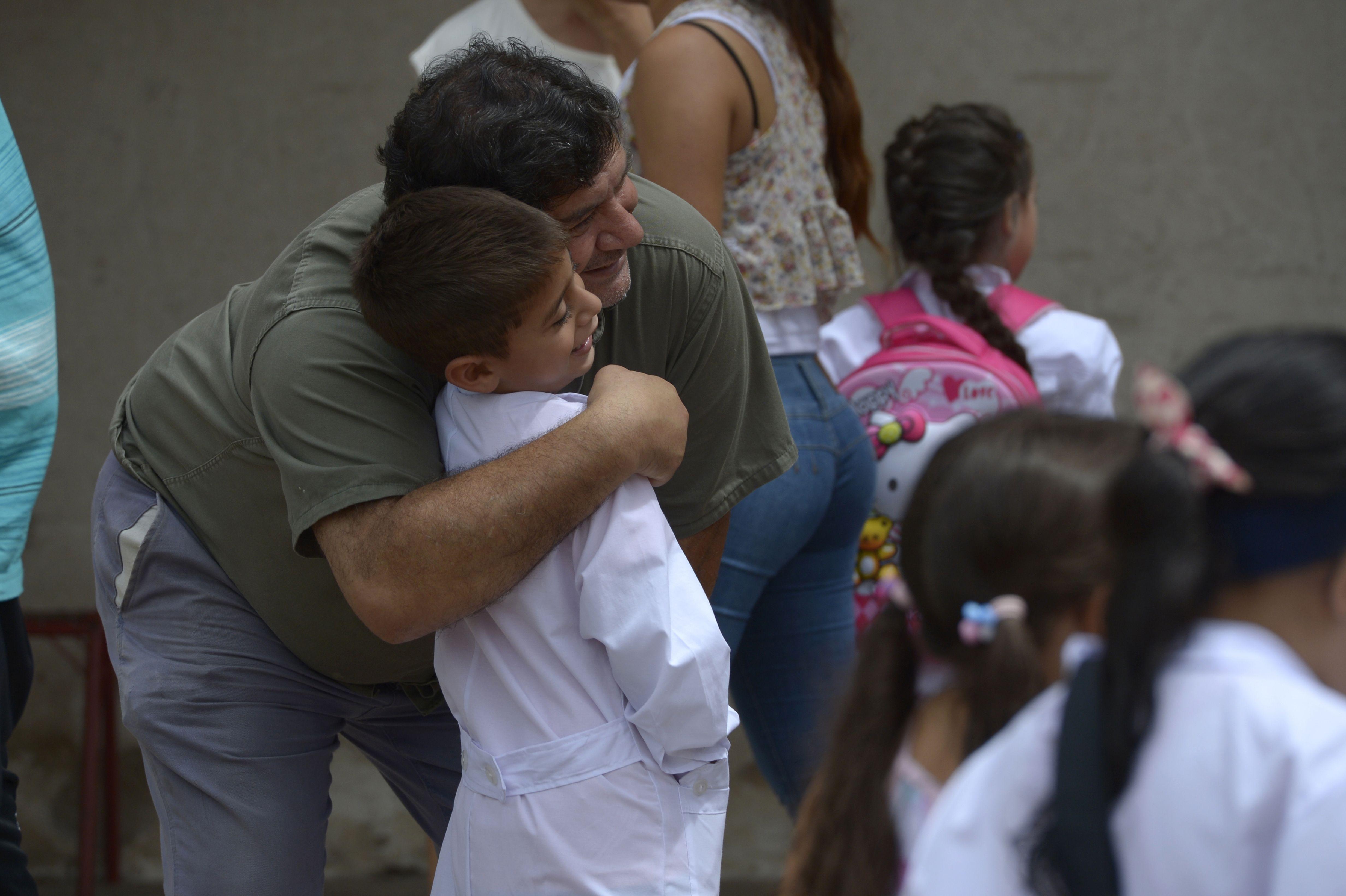 Afecto y cercanía. El educador Onetto afirma que el acompañamiento de los padres es fundamental para los chicos.
