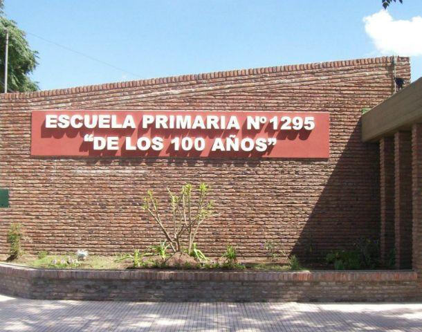 El frente de la escuela de Venado Tuerto fundada el 26 de abril de 1984.
