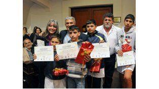 Los chicos de la Escuela Nº 2.010 recibiendo su premio.