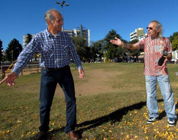 Marcelo Márquez y Miguel Macri marcan las canchas en el pasto con la pasión por la educación de los chicos. (Foto: M. Bustamante)