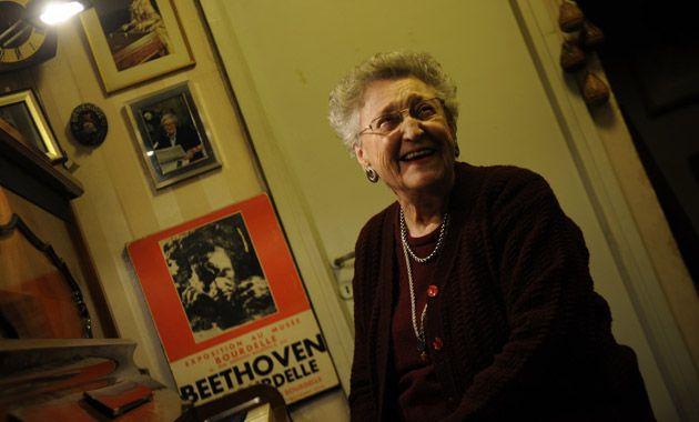 Señorita María Elena.  Se formó en el Normal Nº 2 con Dolores Dabat y trabajó con las hermanas Cossettini. Hoy tiene 10 alumnos de piano