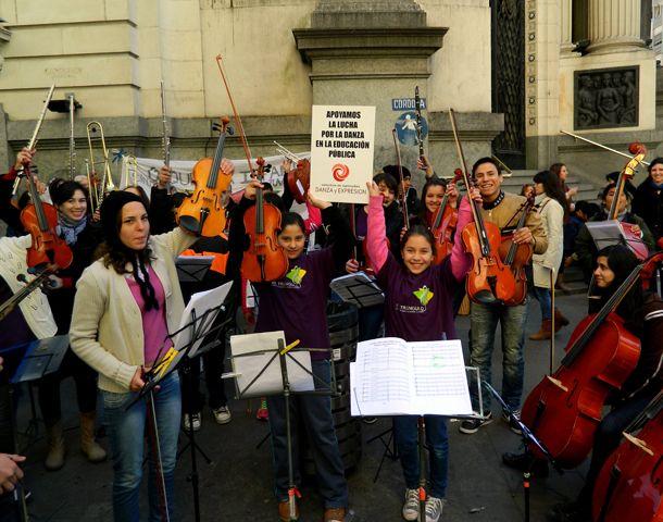 Integrantes de la Orquesta de Barrio Triángulo apoyando la campaña para que haya danzas en las escuelas.