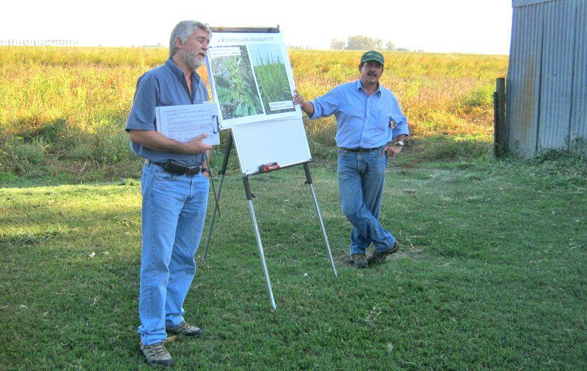Capacitación. Los malezólogos Daniel Tuesca y Juan Carlos Papa hablaron ante productores en Totoras.
