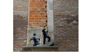 Los chicos y padres de Cabín 9 reclaman que se terminen las obras en la escuela secundaria. (Foto: S. Salinas)