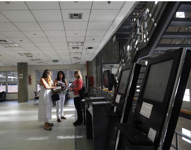 La UCA Rosario ofrece un moderno equipamiento en su biblioteca