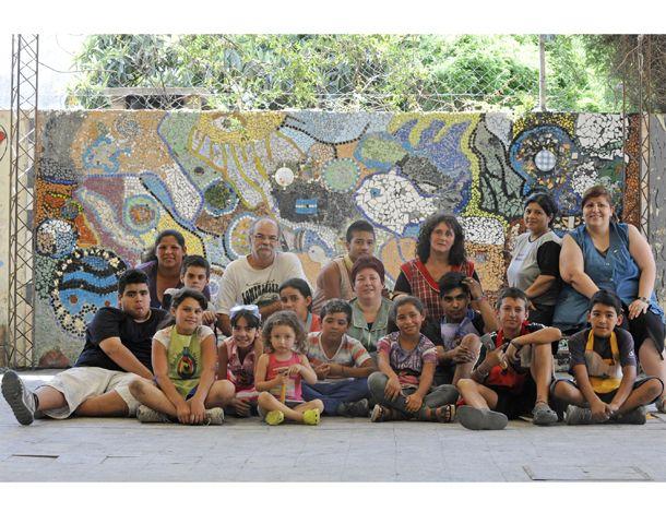 Delante del mural. La profesora Cintia (guardapolvo a cuadros) y el grupo que recreó a Grela. (Foto: S. Salinas)
